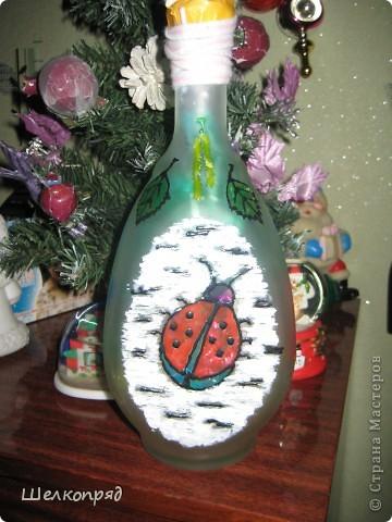 Вот такие ночники я делаю из бутылок и фонарика. Идею подсмотрела когда-то давно на этом сайте. Бутылочки расписаны витражными красками. Внутри - разные блестящие штучки, хорошо отражающие свет. фото 4