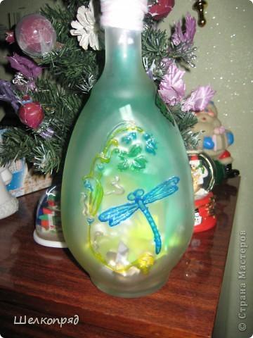 Вот такие ночники я делаю из бутылок и фонарика. Идею подсмотрела когда-то давно на этом сайте. Бутылочки расписаны витражными красками. Внутри - разные блестящие штучки, хорошо отражающие свет. фото 2