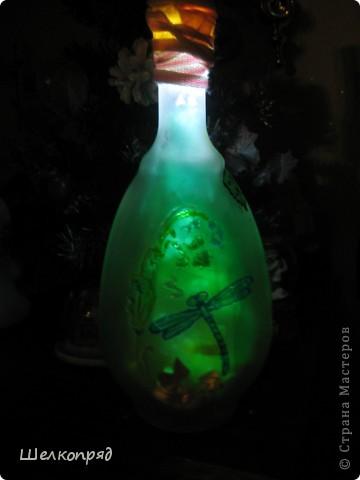 Вот такие ночники я делаю из бутылок и фонарика. Идею подсмотрела когда-то давно на этом сайте. Бутылочки расписаны витражными красками. Внутри - разные блестящие штучки, хорошо отражающие свет. фото 1