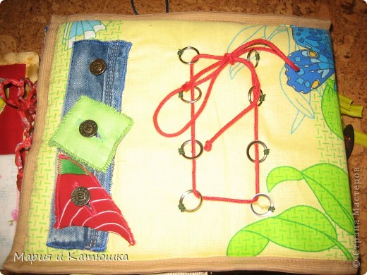 Книжечка для развития мелкой моторики для дочки. Мишка из кармашка вытаскивается, бантик можно развязывать и завязывать фото 6
