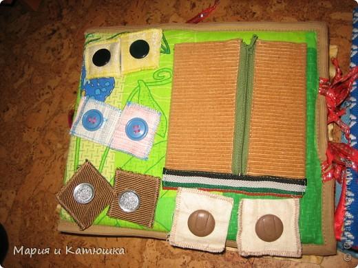 Книжечка для развития мелкой моторики для дочки. Мишка из кармашка вытаскивается, бантик можно развязывать и завязывать фото 7