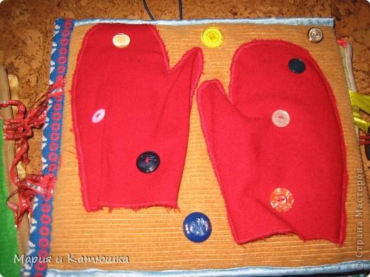 Книжечка для развития мелкой моторики для дочки. Мишка из кармашка вытаскивается, бантик можно развязывать и завязывать фото 10