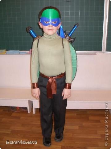 Захотел мой ребятёнок на Новый год костюм черепашки ниндзя. Маску сделала из зеленого картона, повязку из самоклейки, и пришила ленты, чтоб натуральнее было. фото 4