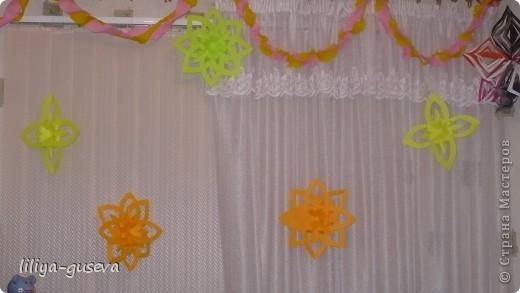 Я решила украсить такими звёздами -снежинками окно в комнате. фото 3