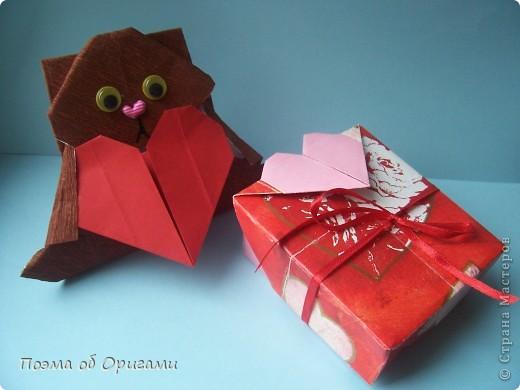 Этому мишке, трепетно прижимающего к себе большое красное сердце без труда удасться передать нежность влюбленного сердца. Для коробочки потребуется два квадрата одинакового размера (в данном случае 20х20см): для медведя - один квадрат, такого же размера, как и для коробки. Дополнительно потребуется квадрат 1/4 от такой величины. фото 1