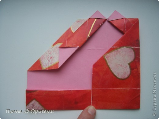 Этому мишке, трепетно прижимающего к себе большое красное сердце без труда удасться передать нежность влюбленного сердца. Для коробочки потребуется два квадрата одинакового размера (в данном случае 20х20см): для медведя - один квадрат, такого же размера, как и для коробки. Дополнительно потребуется квадрат 1/4 от такой величины. фото 20