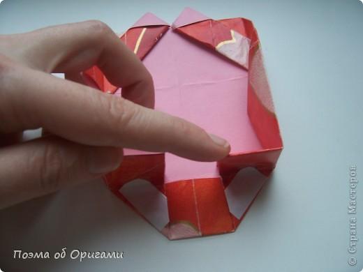 Этому мишке, трепетно прижимающего к себе большое красное сердце без труда удасться передать нежность влюбленного сердца. Для коробочки потребуется два квадрата одинакового размера (в данном случае 20х20см): для медведя - один квадрат, такого же размера, как и для коробки. Дополнительно потребуется квадрат 1/4 от такой величины. фото 24