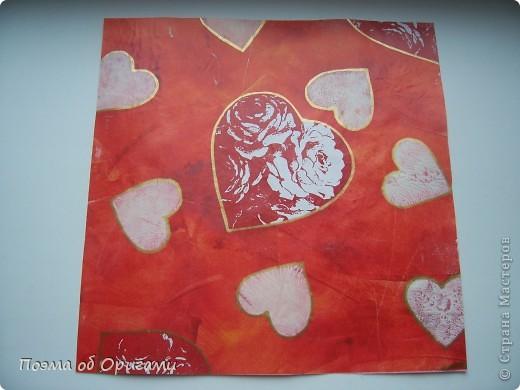Этому мишке, трепетно прижимающего к себе большое красное сердце без труда удасться передать нежность влюбленного сердца. Для коробочки потребуется два квадрата одинакового размера (в данном случае 20х20см): для медведя - один квадрат, такого же размера, как и для коробки. Дополнительно потребуется квадрат 1/4 от такой величины. фото 2