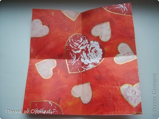 Этому мишке, трепетно прижимающего к себе большое красное сердце без труда удасться передать нежность влюбленного сердца. Для коробочки потребуется два квадрата одинакового размера (в данном случае 20х20см): для медведя - один квадрат, такого же размера, как и для коробки. Дополнительно потребуется квадрат 1/4 от такой величины. фото 3