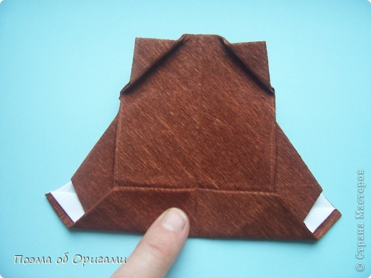 Этому мишке, трепетно прижимающего к себе большое красное сердце без труда удасться передать нежность влюбленного сердца. Для коробочки потребуется два квадрата одинакового размера (в данном случае 20х20см): для медведя - один квадрат, такого же размера, как и для коробки. Дополнительно потребуется квадрат 1/4 от такой величины. фото 45