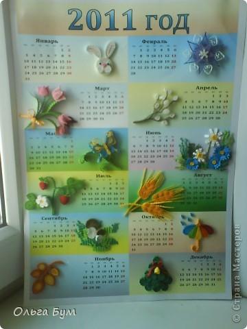 Новогодний календарь, укашенный в технике квиллинг из гофрокартона. К каждому месяцу своя картинка и получается вот такая радось!  фото 21