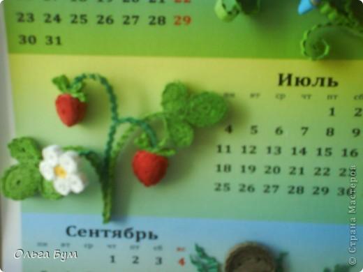 Новогодний календарь, укашенный в технике квиллинг из гофрокартона. К каждому месяцу своя картинка и получается вот такая радось!  фото 15