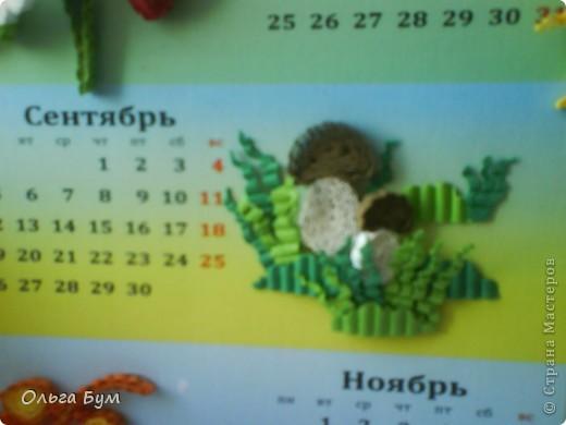 Новогодний календарь, укашенный в технике квиллинг из гофрокартона. К каждому месяцу своя картинка и получается вот такая радось!  фото 17