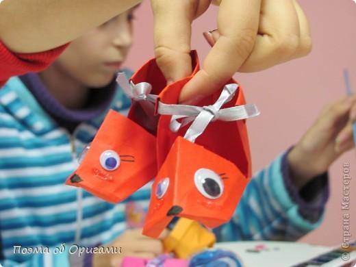 В некоторых странах есть традиция дарить пинетки новорожденным. Даже если в семье за последнее время не происходило пополнения, вот такой оригами-башмачок с оригами-цветами станет красивым украшением для интерьера.  фото 28