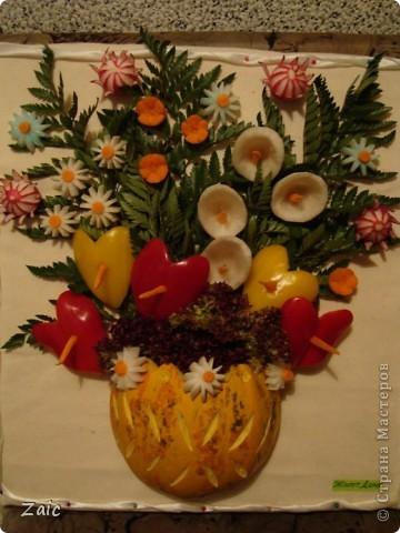 для работы использовалась тыква (ваза), листья папоротника (фон), редис, морковь, перец болгарский двух цветов, дайкон (цветы).......Всё прикреплялось зубочистками к пенопластовой основе, обтянутой тканью