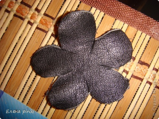 вырезаем из кожи несколько цветочков и листиков разного размера фото 2