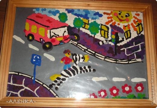 На этой картинке пластилин катала шариками и лепила на стекло. Когда закончила рисунок, сверху положила картон серый блестящий (получилась дорога). А стекло с картоном потом вставила в рамку. фото 1