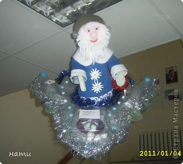 """этот дедушка мороз -космонавт ростом 60 см летит на звездолёте.Изготовлен совместно с ребёнком  для районного конкурса """"Новогодняя сказка""""(хочу похвастаться: занял 1 место, также как и Снеговик в прошлом году)"""