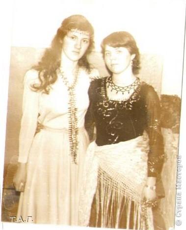 """У Татьяны Михайловны с такой любовью и ностальгией рассматривала старые карнавальные костюмы... http://stranamasterov.ru/node/116146#comment-1019764 и решила показать фотографии из своего """"архива"""" НОВЫЙ 1977 год (я вторая справа в первом ряду), корону из бусинок узнаете? фото 4"""