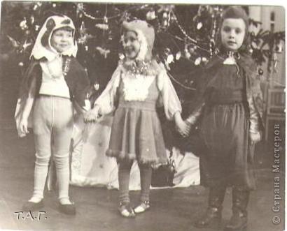 """У Татьяны Михайловны с такой любовью и ностальгией рассматривала старые карнавальные костюмы... http://stranamasterov.ru/node/116146#comment-1019764 и решила показать фотографии из своего """"архива"""" НОВЫЙ 1977 год (я вторая справа в первом ряду), корону из бусинок узнаете? фото 3"""