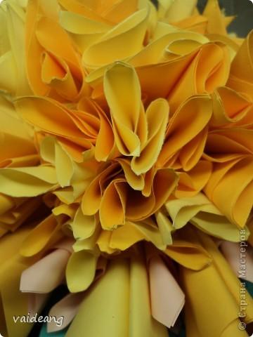 Наконец сделала  цветок под бархатцы.Пришлось делать на бумажный каркас ,снизу юбочка,а уж потом основа из листьев фото 3