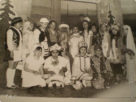 """У Татьяны Михайловны с такой любовью и ностальгией рассматривала старые карнавальные костюмы... http://stranamasterov.ru/node/116146#comment-1019764 и решила показать фотографии из своего """"архива"""" НОВЫЙ 1977 год (я вторая справа в первом ряду), корону из бусинок узнаете? фото 1"""