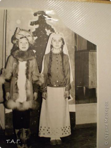 """У Татьяны Михайловны с такой любовью и ностальгией рассматривала старые карнавальные костюмы... http://stranamasterov.ru/node/116146#comment-1019764 и решила показать фотографии из своего """"архива"""" НОВЫЙ 1977 год (я вторая справа в первом ряду), корону из бусинок узнаете? фото 6"""