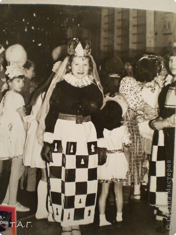 """У Татьяны Михайловны с такой любовью и ностальгией рассматривала старые карнавальные костюмы... http://stranamasterov.ru/node/116146#comment-1019764 и решила показать фотографии из своего """"архива"""" НОВЫЙ 1977 год (я вторая справа в первом ряду), корону из бусинок узнаете? фото 5"""
