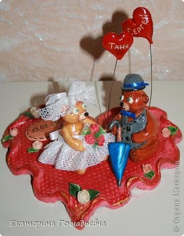 Заказали мне неделю назад сувенир на свадьбу. Долго ломала я голову, что же мне такое сделать... А потом увидела в книге про мишек Тедди, мишек - жениха и невесту. Картинка нарисовалась сама собой.   фото 1