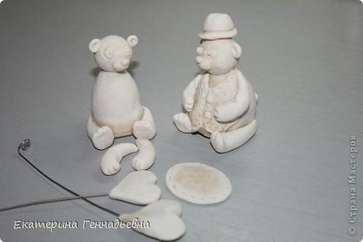 Заказали мне неделю назад сувенир на свадьбу. Долго ломала я голову, что же мне такое сделать... А потом увидела в книге про мишек Тедди, мишек - жениха и невесту. Картинка нарисовалась сама собой.   фото 2