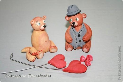 Заказали мне неделю назад сувенир на свадьбу. Долго ломала я голову, что же мне такое сделать... А потом увидела в книге про мишек Тедди, мишек - жениха и невесту. Картинка нарисовалась сама собой.   фото 3