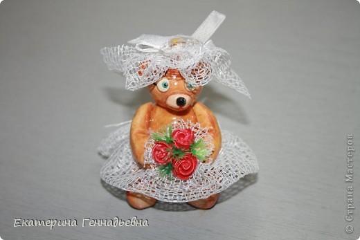 Заказали мне неделю назад сувенир на свадьбу. Долго ломала я голову, что же мне такое сделать... А потом увидела в книге про мишек Тедди, мишек - жениха и невесту. Картинка нарисовалась сама собой.   фото 4