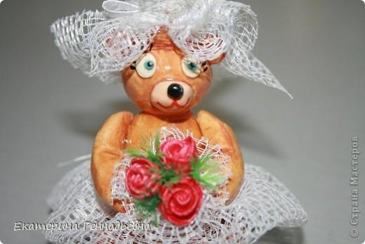 Заказали мне неделю назад сувенир на свадьбу. Долго ломала я голову, что же мне такое сделать... А потом увидела в книге про мишек Тедди, мишек - жениха и невесту. Картинка нарисовалась сама собой.   фото 5
