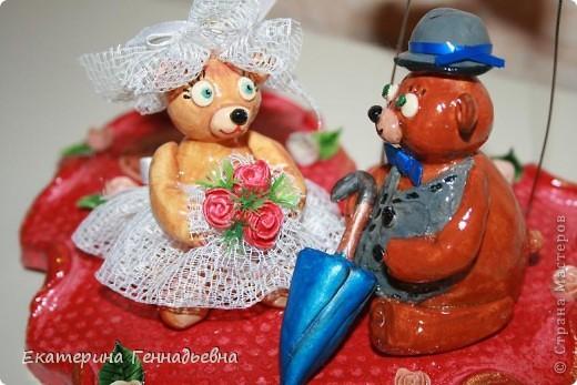 Заказали мне неделю назад сувенир на свадьбу. Долго ломала я голову, что же мне такое сделать... А потом увидела в книге про мишек Тедди, мишек - жениха и невесту. Картинка нарисовалась сама собой.   фото 8