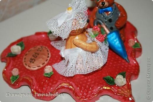 Заказали мне неделю назад сувенир на свадьбу. Долго ломала я голову, что же мне такое сделать... А потом увидела в книге про мишек Тедди, мишек - жениха и невесту. Картинка нарисовалась сама собой.   фото 9
