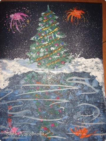 Ёлочка утром... Рисовали с детками 5-6 лет перед Новым годом. Ход работы: на нижнюю половину согнутого пополам картона А4 наносим акварельную краску (синюю, голубую, сиреневую) и, пока она не высохла, накрываем целлофановым пакетом, сжимая его складками. Вуаля - через 5 минут у нас готово замёрзшее озеро! Затем гуашью рисуем ёлку на верхней части листа. Рисуем и быстро прижимаем к нижней части. Раскрываем лист и... отражение на покрытом льдом озере готово! Затем наносим ушными палочками гирлянды и опять складываем наш лист. И в конце концов рисуем снег на берегу и небо. ...Идем обедать и дожидаемся вечера...)))))  фото 2