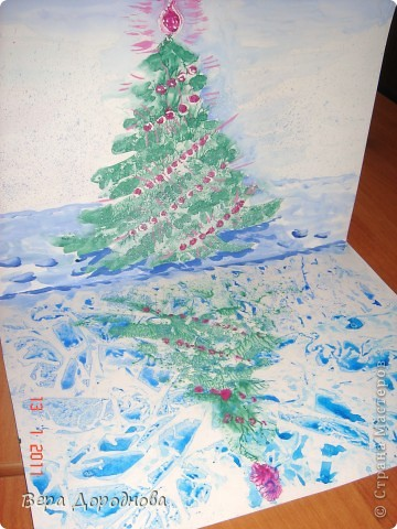 Ёлочка утром... Рисовали с детками 5-6 лет перед Новым годом. Ход работы: на нижнюю половину согнутого пополам картона А4 наносим акварельную краску (синюю, голубую, сиреневую) и, пока она не высохла, накрываем целлофановым пакетом, сжимая его складками. Вуаля - через 5 минут у нас готово замёрзшее озеро! Затем гуашью рисуем ёлку на верхней части листа. Рисуем и быстро прижимаем к нижней части. Раскрываем лист и... отражение на покрытом льдом озере готово! Затем наносим ушными палочками гирлянды и опять складываем наш лист. И в конце концов рисуем снег на берегу и небо. ...Идем обедать и дожидаемся вечера...)))))  фото 1