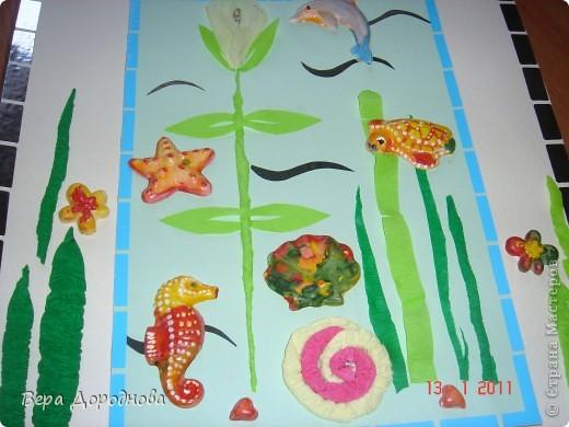 """Это работа детей 5 лет. Ход работы: ребятам были предложены заготовки """"Морские обитатели"""", которые они в течении 20 минут расписывали акварельными красками. Работы я покрыла лаком и затем мы совместно с ребятами составили композицию, расположив животных и моллюсков на панно. фото 2"""