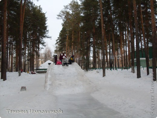 На территории детского сада обнаружили хороший снежный городок для малышни.Горка-печка,отделка- ткань.Выглядит ярко и красиво. фото 12