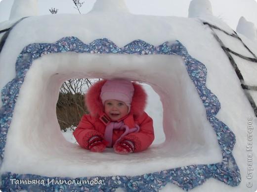 На территории детского сада обнаружили хороший снежный городок для малышни.Горка-печка,отделка- ткань.Выглядит ярко и красиво. фото 3
