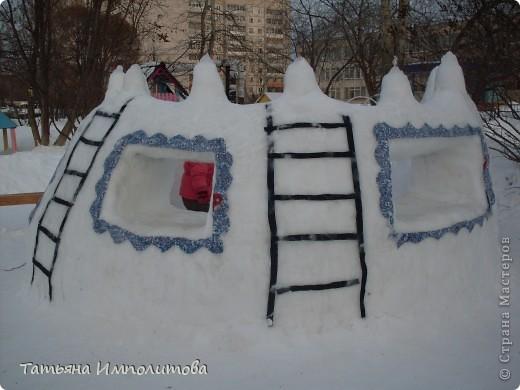 На территории детского сада обнаружили хороший снежный городок для малышни.Горка-печка,отделка- ткань.Выглядит ярко и красиво. фото 2
