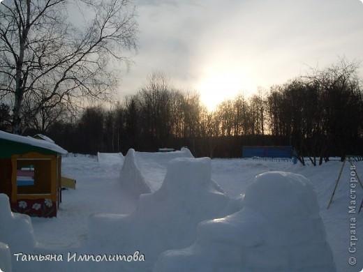 На территории детского сада обнаружили хороший снежный городок для малышни.Горка-печка,отделка- ткань.Выглядит ярко и красиво. фото 5