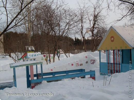 На территории детского сада обнаружили хороший снежный городок для малышни.Горка-печка,отделка- ткань.Выглядит ярко и красиво. фото 4