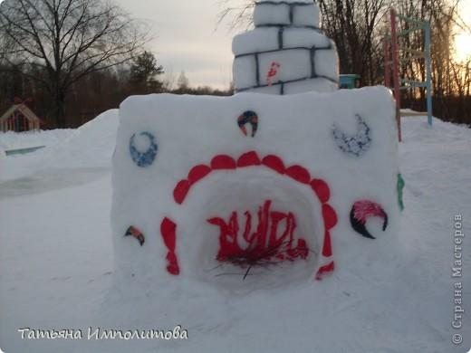 На территории детского сада обнаружили хороший снежный городок для малышни.Горка-печка,отделка- ткань.Выглядит ярко и красиво. фото 1