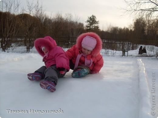 На территории детского сада обнаружили хороший снежный городок для малышни.Горка-печка,отделка- ткань.Выглядит ярко и красиво. фото 9