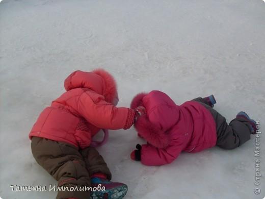 На территории детского сада обнаружили хороший снежный городок для малышни.Горка-печка,отделка- ткань.Выглядит ярко и красиво. фото 10