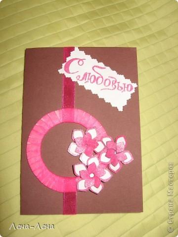 Вот такая романтическая открыточка в розовых тонах у меня сложилась. Цветочки объёмные,  шаблоны взяты здесьhttp://scrapmania.moy.su/forum/13-11-1,  распечатаны на принтере, вырезаны и склеены, по контуру раскрашены гелькой с блёстками. Картонный кружок обмотан капроновой ленточкой. К сожалению фото искажает истинные цвета. фото 2