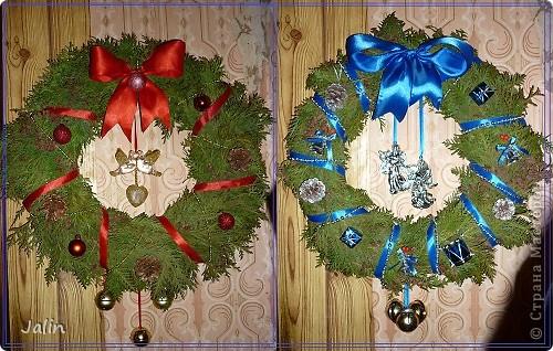 """На сайте в Новогодние праздники появилось очень много рождественских веночков. Это и неудивительно, ведь к нам уже достаточно давно перебралась эта католическая традиция украшать входные двери своего дома подобными венками - символами вечной жизни.   <...Традиционный рождественский венок происходит от лютеранской католической церкви. Как правило, это венок из веток вечнозеленого хвойного дерева (или его имитация) с четырьмя свечами. Первую свечу традиционно зажигают за четыре недели до Рождества именно в воскресный день. Свеча на рождественском венке – это хорошая традиция, которая символизирует свет, приходящий  в мир с рождением Иисуса Христа. В каждое следующее воскресенье полагается зажигать по одной свече. А вот в последнее воскресенье перед Рождеством нужно зажечь все четыре свечи, дабы осветить место, где возлежит рождественский венок (церковный  алтарь, убранное к Рождеству место в доме или обеденный стол) (из статьи """"Символы и традиции Рождества: история, происхождение, интересные факты"""")...>   Мои венки не претендуют на звание классических (но оно ведь и правильно, я - православная христианка), но надеюсь они вернут вас в атмосферу недавних праздников :) фото 1"""