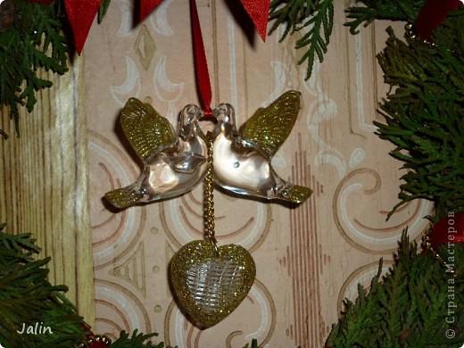 """На сайте в Новогодние праздники появилось очень много рождественских веночков. Это и неудивительно, ведь к нам уже достаточно давно перебралась эта католическая традиция украшать входные двери своего дома подобными венками - символами вечной жизни.   <...Традиционный рождественский венок происходит от лютеранской католической церкви. Как правило, это венок из веток вечнозеленого хвойного дерева (или его имитация) с четырьмя свечами. Первую свечу традиционно зажигают за четыре недели до Рождества именно в воскресный день. Свеча на рождественском венке – это хорошая традиция, которая символизирует свет, приходящий  в мир с рождением Иисуса Христа. В каждое следующее воскресенье полагается зажигать по одной свече. А вот в последнее воскресенье перед Рождеством нужно зажечь все четыре свечи, дабы осветить место, где возлежит рождественский венок (церковный  алтарь, убранное к Рождеству место в доме или обеденный стол) (из статьи """"Символы и традиции Рождества: история, происхождение, интересные факты"""")...>   Мои венки не претендуют на звание классических (но оно ведь и правильно, я - православная христианка), но надеюсь они вернут вас в атмосферу недавних праздников :) фото 8"""
