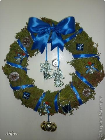 """На сайте в Новогодние праздники появилось очень много рождественских веночков. Это и неудивительно, ведь к нам уже достаточно давно перебралась эта католическая традиция украшать входные двери своего дома подобными венками - символами вечной жизни.   <...Традиционный рождественский венок происходит от лютеранской католической церкви. Как правило, это венок из веток вечнозеленого хвойного дерева (или его имитация) с четырьмя свечами. Первую свечу традиционно зажигают за четыре недели до Рождества именно в воскресный день. Свеча на рождественском венке – это хорошая традиция, которая символизирует свет, приходящий  в мир с рождением Иисуса Христа. В каждое следующее воскресенье полагается зажигать по одной свече. А вот в последнее воскресенье перед Рождеством нужно зажечь все четыре свечи, дабы осветить место, где возлежит рождественский венок (церковный  алтарь, убранное к Рождеству место в доме или обеденный стол) (из статьи """"Символы и традиции Рождества: история, происхождение, интересные факты"""")...>   Мои венки не претендуют на звание классических (но оно ведь и правильно, я - православная христианка), но надеюсь они вернут вас в атмосферу недавних праздников :) фото 2"""